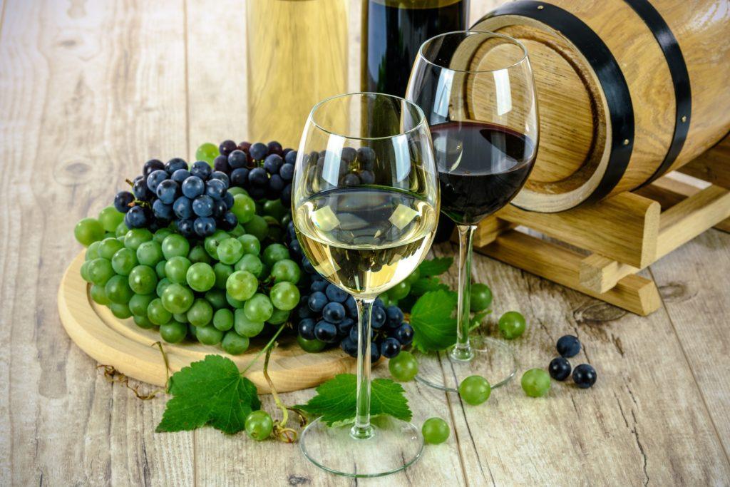 muestra de vino blanco y vino tinto