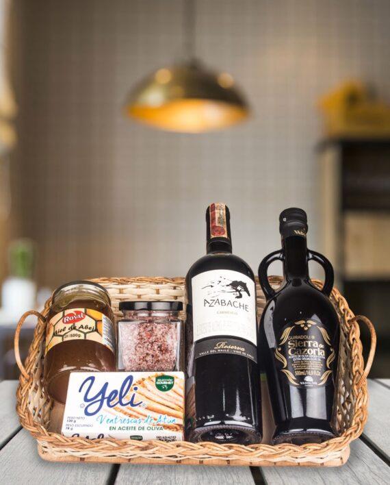 ancheta en canasta con dos vinos